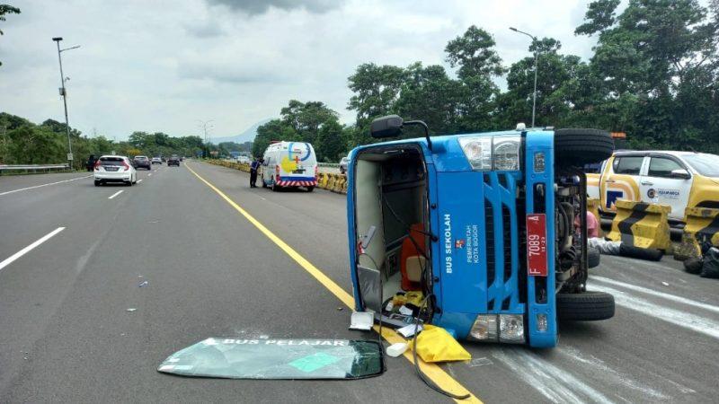 Bus Pembawa Pasien Corona Terguling di Tol Jagorawi