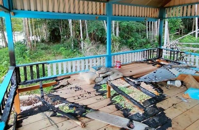 Sebuah unit tempat ibadah (musala) di lokasi wisata Danau Laot Bhee Desa Gunong Buloh, Kecamatan Panga, Aceh Jaya, diduga dibakar oleh orang tak dikenal (OTK) pada Selasa (23/2/2021).