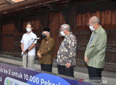 Wakil Presiden Republik Indonesia Ma'ruf Amin dan Menteri Kesehatan Budi Gunadi Sadikin (kiri)