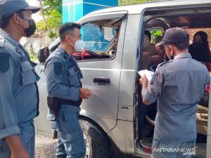 Petugas memeriksa sertifikat vaksinasi penumpang kapal penyeberangan di pintu masuk Pelabuhan Calang, Aceh Jaya